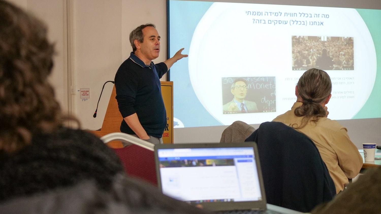 ערן גל מרצה בפני מרצים במכללת אורט בראודה